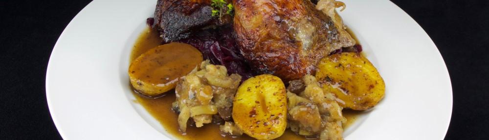 Ente auf Rotkohl an Ofenkartoffeln