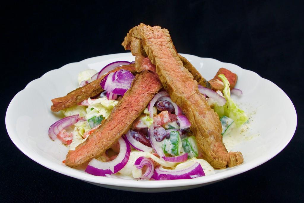 Ochsenkotelett auf frischem Bauernsalat