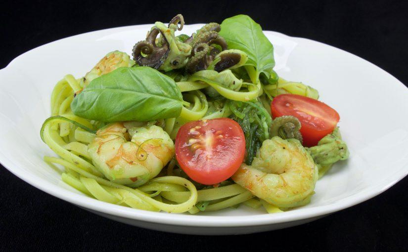 Pasta, Garnelen, Kraken und Wakame Algen