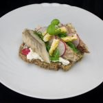 Makrele, Wakamealgen, Radieschen, Basilikum und Ei auf Vollkornbrot