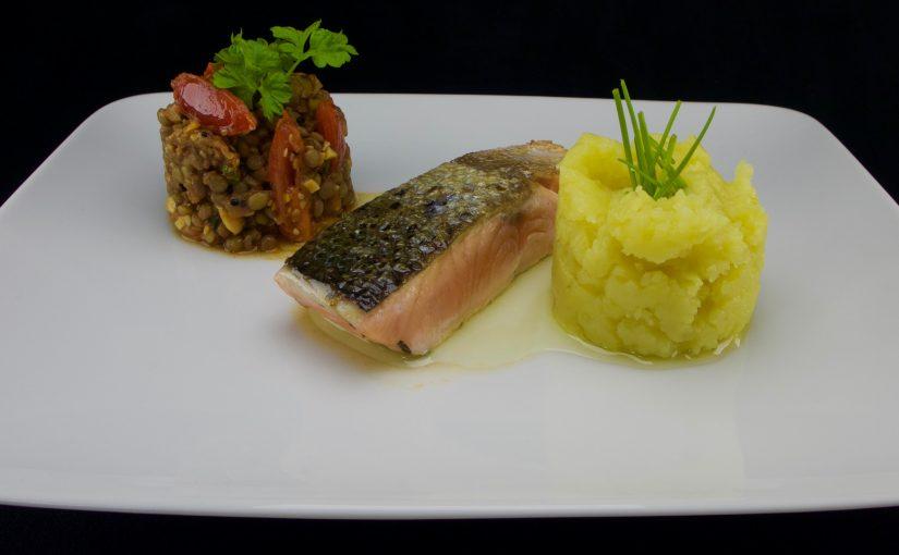 Lachs gebraten an Linsen und Kartoffelstampf
